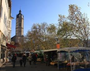 Urbanes Lebensgefühl - obwohl der Johannisstraße eine Häuserzeile fehlt, herrscht reges Markttreiben.