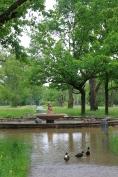Der einzige trockene Ort ist das Innere des Springbrunnens.