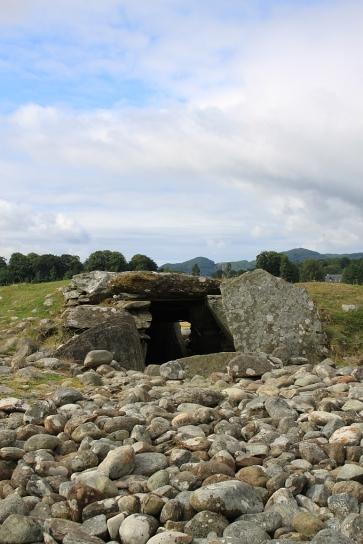 Einer der Cairns in der Nähe von Kilmartin. Vor hundert Jahren war er noch deutlich höher, aber die Vorfahren nutzten ihn als Steinbruch.