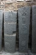 Grabplatten auf dem Friedhof von Kilmartin, inzwischen in einer Art Gewächshaus vor Wind und Wetter geschützt.
