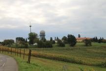 Jenseits der Straße gibt es eine Radarstation. Davor stehen zwei gelangweilte Wachleute, die beim besten Willen nicht nach Militär aussehen.