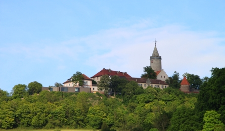 Leuchtenburg bei Kahla, links im Bild der moderne Betonkasten