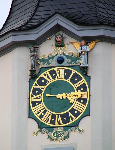 Der Schnapphans am Jenaer Rathausturm schnappt unverschämt zu jeder vollen Stunde nach der goldenen Kugel. Der Pilger zieht sie ihm aber immer wieder weg.