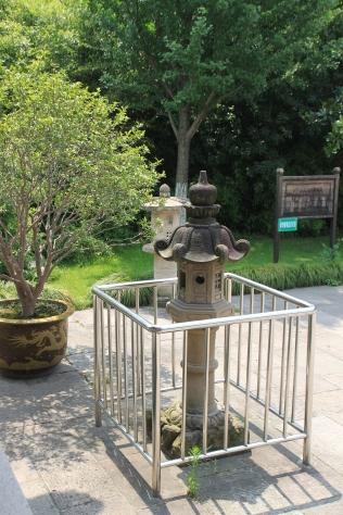 In Japan steht die Steinlaterne für den Menschen. Hat es etwas zu bedeuten, dass diese eingesperrt ist?