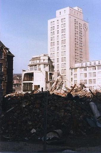 Abriss Ost - die Trümmer meines Arbeitsplatzes mit dem ältesten Hochhaus Deutschlands im Hintergrund, Jena 1992