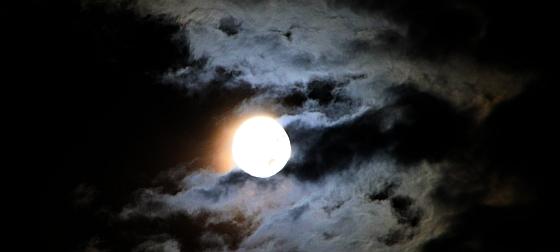 Darf in der Esoterik-Ausstattung keineswegs fehlen: der Mond, obwohl männlich.