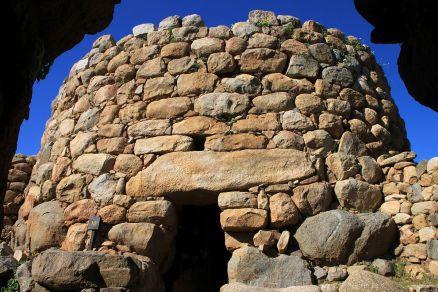 La Prisgiona: Charakteristisch für die Nuraghier ist das Lüftungsloch über der Tür - mutmaßlich aus statischen Gründen eingebaut.