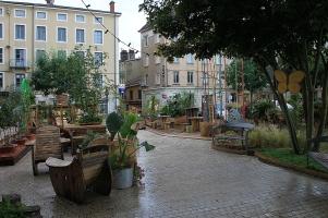 Der Garten auf dem Theaterplatz - übrigens ohne Gastronomie, aber mit Bäcker um die Ecke.