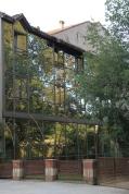Die Glasfassade verdoppelt den Damengarten und erzeugt optisch ein grünes Haus