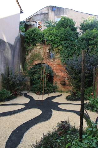 Pflaster, das nicht langweilig ist, vereint mit Beeten - der Garten der Zauberin und des Drachen