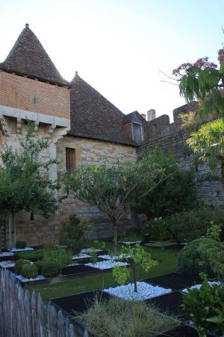 Das strenge Schachbrett mit den Wüstenpflanzen ist der Kreuzfahrergarten an der Stadtmauer