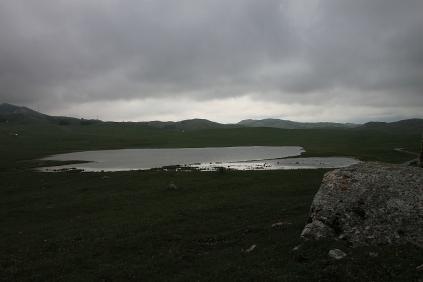 Der Riblje Jezero in seiner Frühjahrsvariante - sehr voll.
